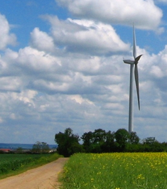 éolienne dans un champ