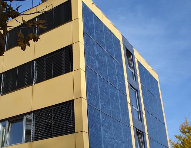 panneaux photovoltaïques intégrés dans façade d'un immeuble d'habitation