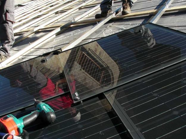 pose de panneau photovoltaique sur un toit d'eglise