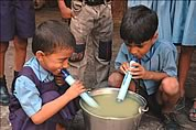 Enfants buvant eau rendue potable grace a LifeStraw