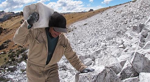 Pose de peinture blanche dans les Andes à 4700m sur le Chalon Sombrero