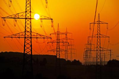 Pylones électriques le soir