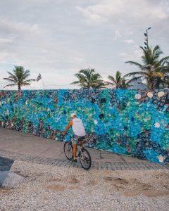 Mur de plastique sur la plage